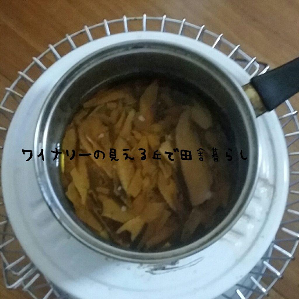 おせち料理を作る。鰹節の厚削りを使用してコトコト1時間煮出す。